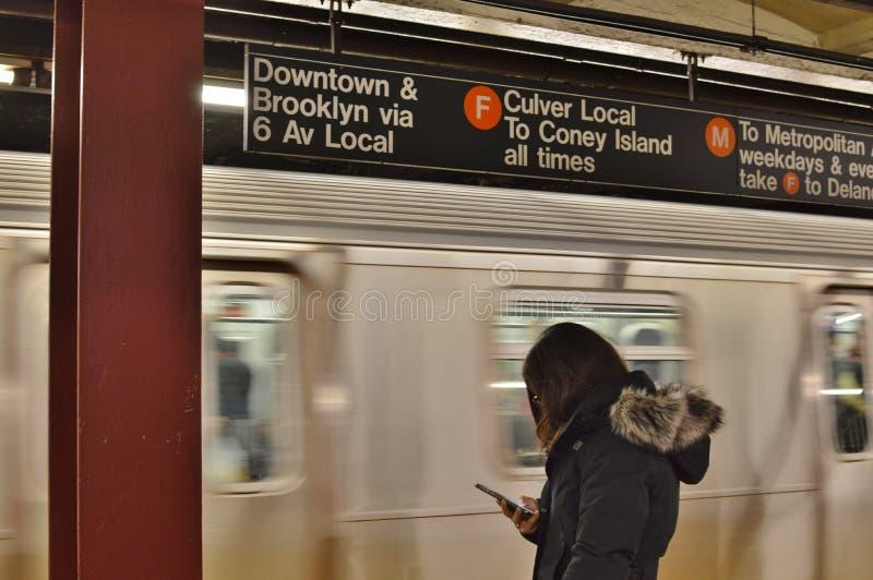Nowy Jork dojeżdżającego kobiety Podróżnego miasta MTA metra Przelotowa platforma zdjęcie royalty free