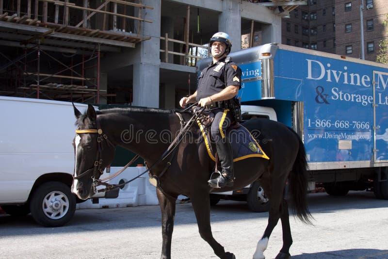 Nowy Jork funkcjonariusz policji jedzie konia wokoło ulicy obrazy royalty free