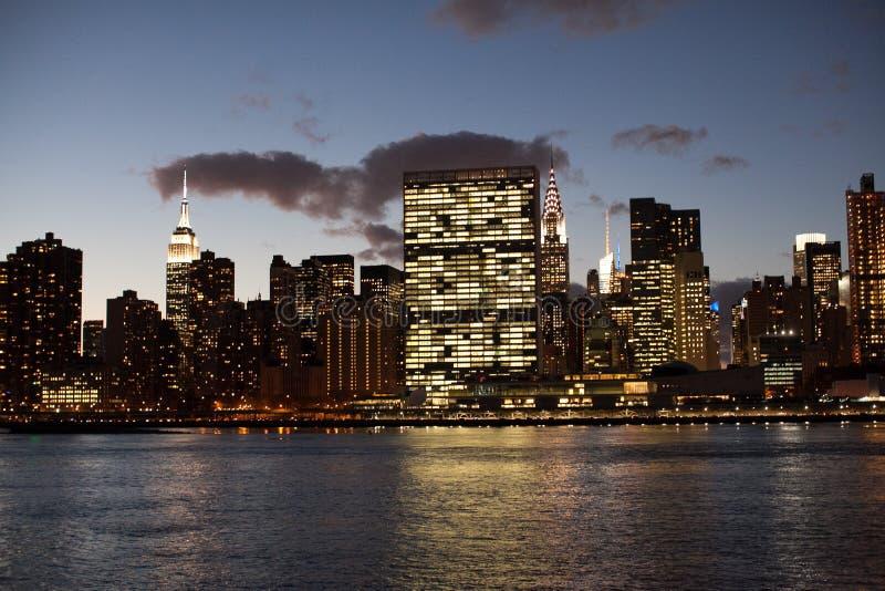 Nowy Jork linia horyzontu w wieczór obrazy stock
