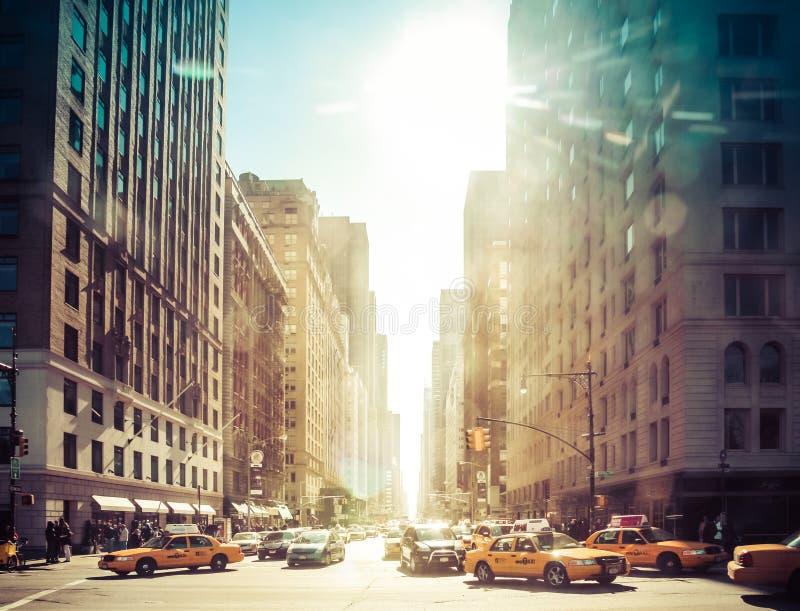 NOWY JORK, Luty - 21: Żółci taxi jedzie na central park alei na Luty 21 2009 w Nowy Jork, usa obraz stock