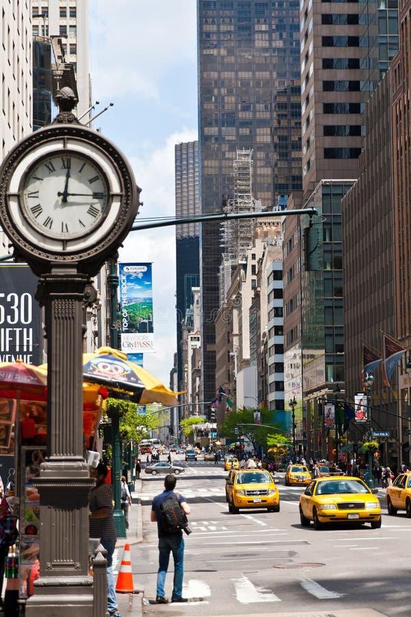 Nowy Jork miasta miastowy życie z taxi przechodzi 5th aleją i duża ulica osiągamy. obraz royalty free