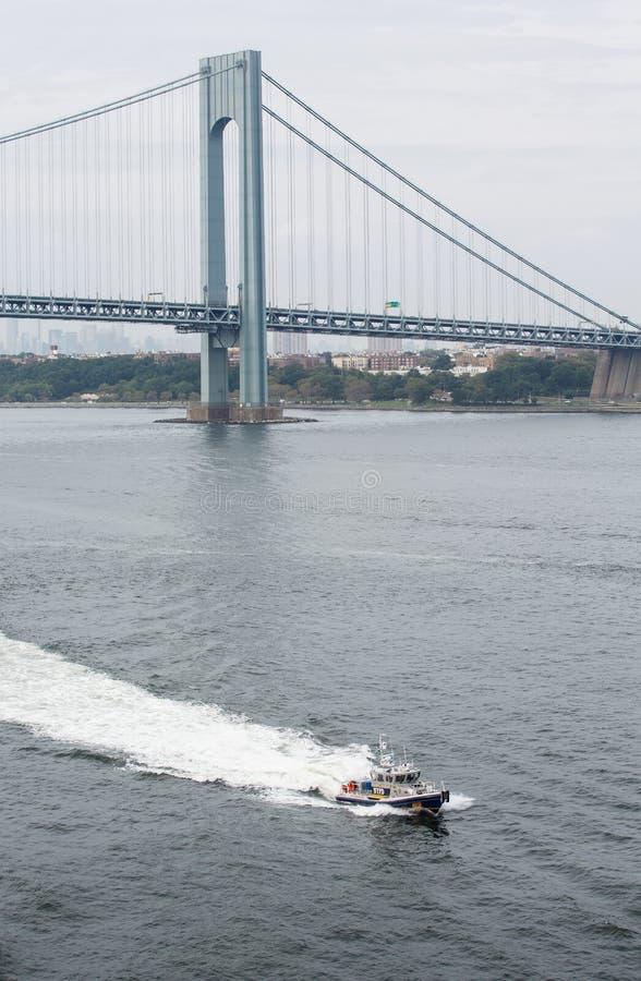Nowy Jork Milicyjna łódź Pływa statkiem Pod Verrazano mostem obrazy stock