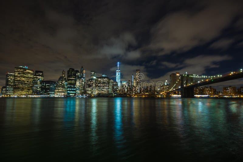 Nowy Jork nocą: Lower Manhattan i most brooklyński obraz royalty free