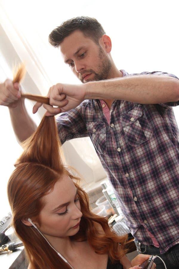 NOWY JORK, NY - Czerwiec 16: Włosiany stylista dostaje tryb przygotowywający zakulisowego zdjęcie royalty free