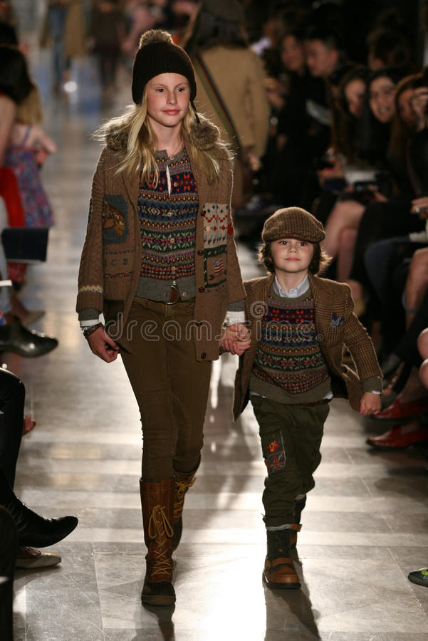 NOWY JORK, NY - MAJ 19: Modele chodzą pas startowego przy Ralph Lauren spadku 14 Children pokazem mody obrazy royalty free