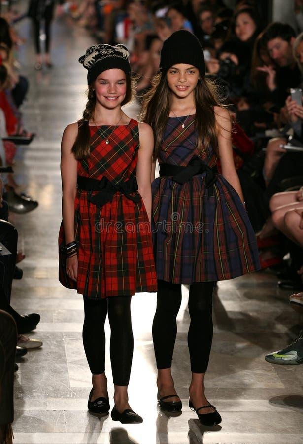 NOWY JORK, NY - MAJ 19: Modele chodzą pas startowego przy Ralph Lauren spadku 14 Children pokazem mody fotografia stock