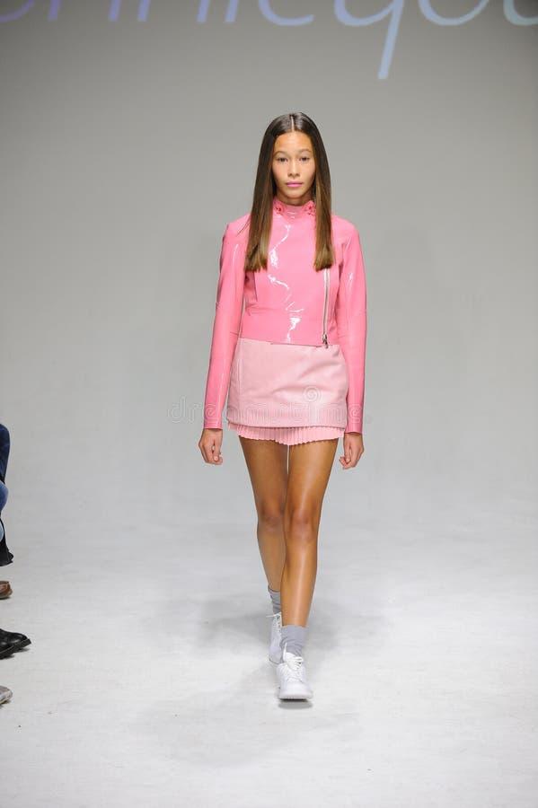 NOWY JORK, NY - PAŹDZIERNIK 19: Model chodzi pas startowego podczas Bonnie Młodej zapowiedzi przy petitePARADE dzieciaków mody ty zdjęcie stock