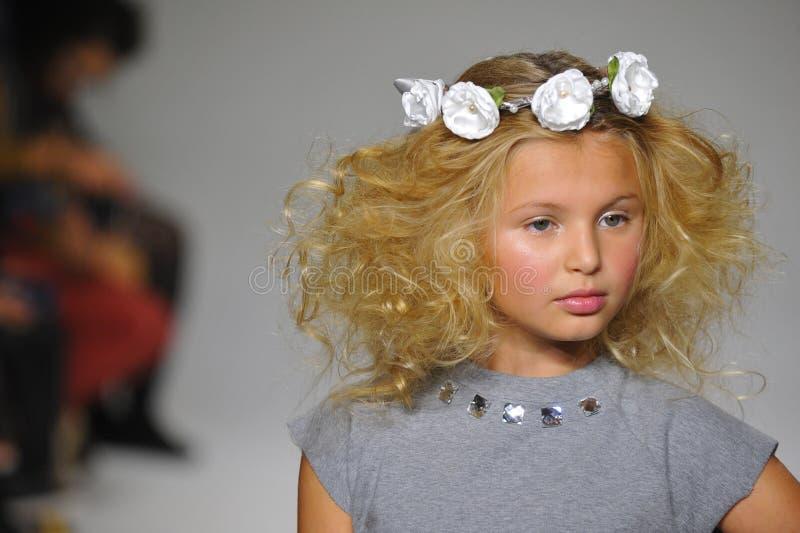 NOWY JORK, NY - PAŹDZIERNIK 19: Model chodzi pas startowego podczas urok zapowiedzi przy petitePARADE dzieciaków mody tygodniem zdjęcie stock