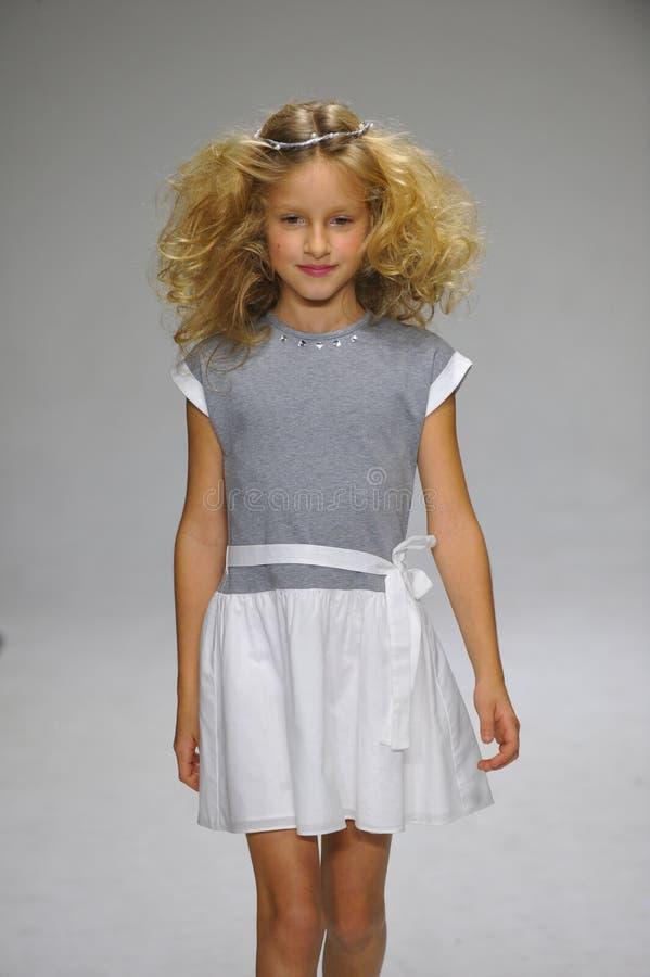 NOWY JORK, NY - PAŹDZIERNIK 19: Model chodzi pas startowego podczas urok zapowiedzi przy petitePARADE dzieciaków mody tygodniem fotografia stock
