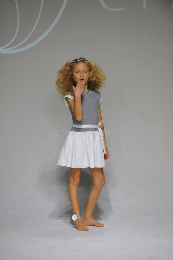 NOWY JORK, NY - PAŹDZIERNIK 19: Model chodzi pas startowego podczas urok zapowiedzi przy petitePARADE dzieciaków mody tygodniem obraz stock