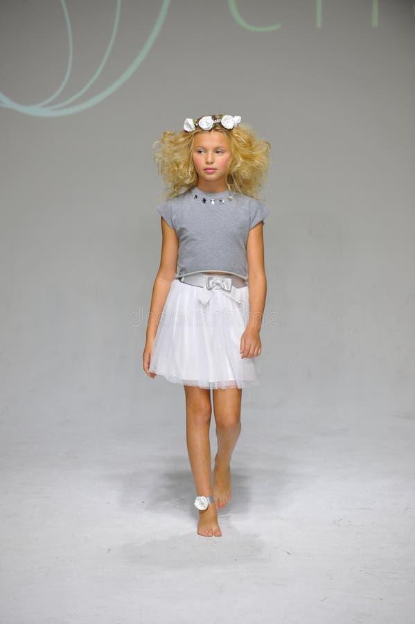 NOWY JORK, NY - PAŹDZIERNIK 19: Model chodzi pas startowego podczas urok zapowiedzi przy petitePARADE dzieciaków mody tygodniem obrazy stock
