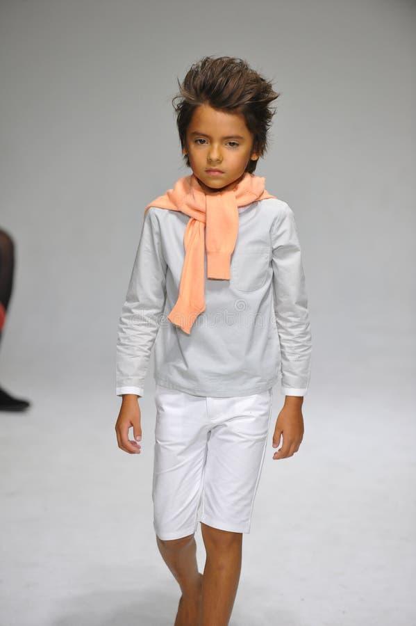 NOWY JORK, NY - PAŹDZIERNIK 19: Model chodzi pas startowego podczas urok zapowiedzi przy petitePARADE dzieciaków mody tygodniem zdjęcie royalty free