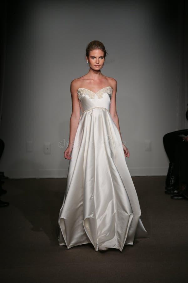 NOWY JORK, NY - PAŹDZIERNIK 12: Model chodzi pas startowego przy Anna Maier ulla mod spadku 2014 Bridal inkasowym przedstawieniem obraz royalty free