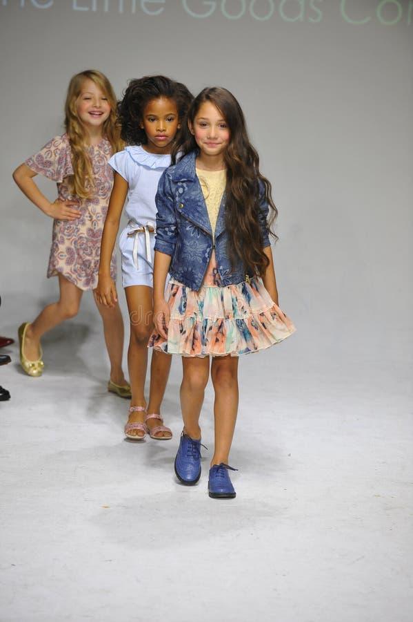 NOWY JORK, NY - PAŹDZIERNIK 18: Modele chodzą pasa startowego finał podczas Anasai zapowiedzi przy petitePARADE dzieciaków mody t obraz royalty free