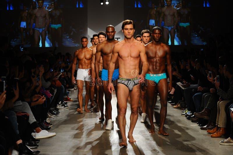 NOWY JORK, NY - PAŹDZIERNIK 21: Modele chodzą pasa startowego finał podczas 2 IST mężczyzna pokazu mody (X) zdjęcie stock