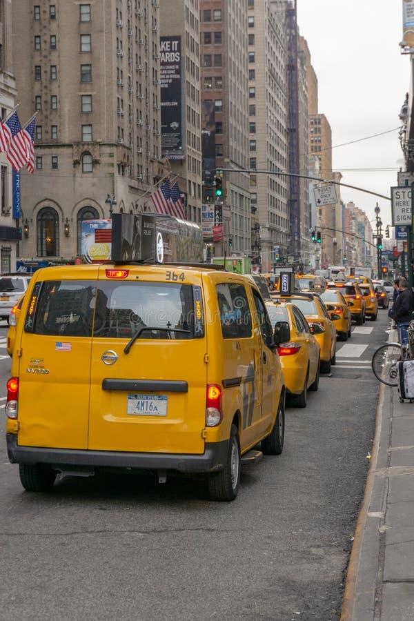 Nowy Jork, NY: Pionowo widok NYC Taxi's stać w kolejce w górę Penn stacji przed zdjęcia royalty free
