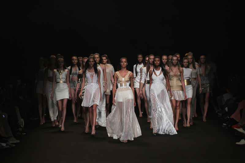 NOWY JORK, NY - WRZESIEŃ 04: Modele chodzą pasa startowego finał przy Meskita pokazem mody obrazy stock