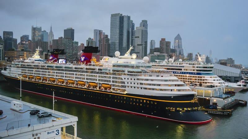 Nowy Jork, Październik - 22 2016: Disney Magiczny statek wycieczkowy dokujący przy Manhattan rejsu Terminal obrazy stock