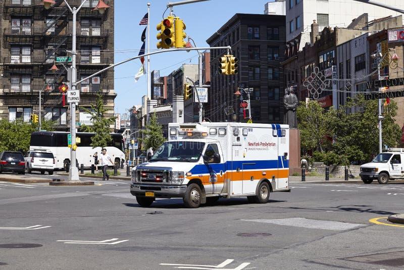 Nowy Jork Prezbiteriańska Szpitalna karetka na ulicie Chinatown obrazy stock