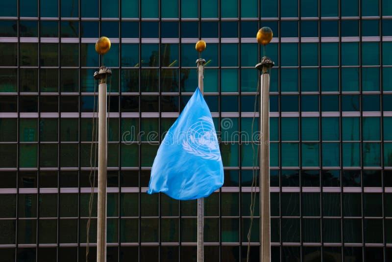 NOWY JORK, SIERPIEŃ - 25, 2018: Flaga przy siedzibą onz w nowym jorku obrazy royalty free