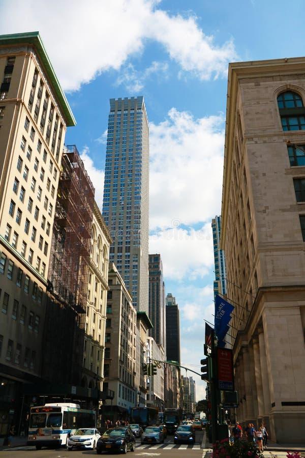 NOWY JORK, SIERPIEŃ - 25, 2018: Linia horyzontu Nowy Jork od ulica pozioma zdjęcie royalty free