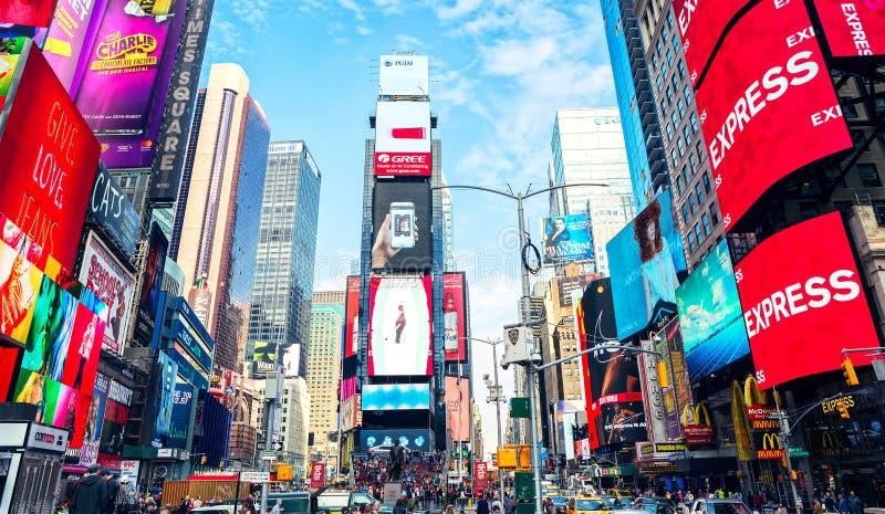 Nowy Jork, Stany Zjednoczone - 2 listopada 2017: Widok oświetlonych billboardów na fasadach budynków na Times Square w dzień fotografia stock