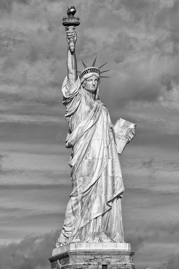 Nowy Jork statuy wolności sylwetki pionowo b&w obraz stock