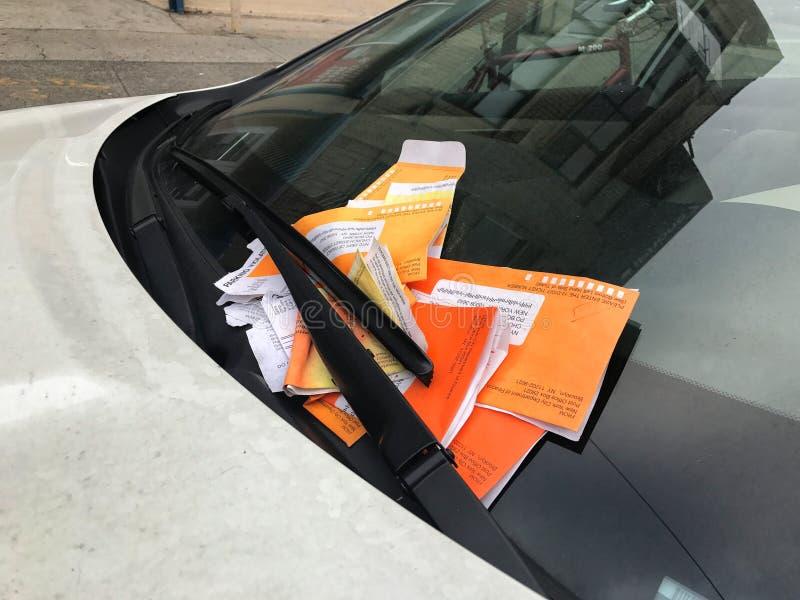 NOWY JORK, STYCZEŃ - 19, 2017: Parking naruszenia bilety dla Bezprawnej parking naruszenia cytaci Na Samochodowej przedniej szybi obraz royalty free
