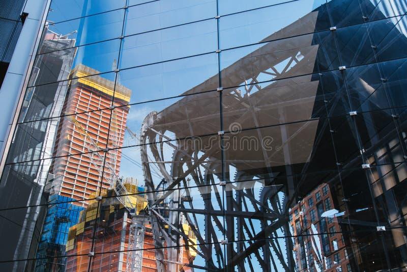 NOWY JORK, usa - JUN 22, 2017: Zamyka w górę deatil budynek powierzchowność z odbiciem, środek miasta Manhattan, Miasto Nowy Jork obraz royalty free