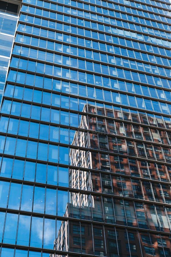 NOWY JORK, usa - JUN 22, 2017: Zamyka w górę szczegółu budynek powierzchowność z odbiciem, środek miasta Manhattan, Miasto Nowy J fotografia stock