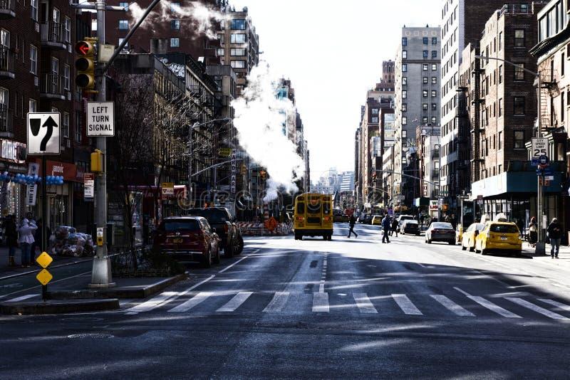Nowy Jork, usa - LISTOPAD 2018: Manhattan ulica z dymem i schoolbus fotografia royalty free