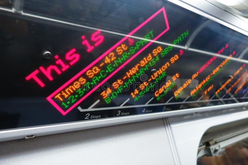 NOWY JORK, usa - LISTOPAD 22, 2016: Pouczający znak pociąg zatrzymuje w times square metrze w Miasto Nowy Jork usa obraz royalty free