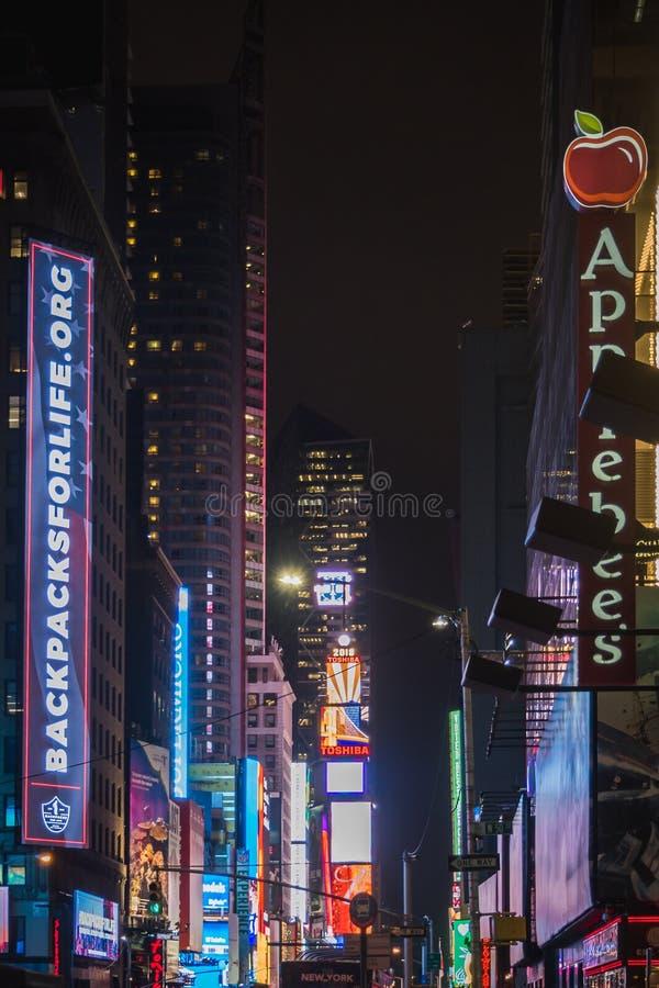 NOWY JORK, usa - LUTY 22, 2018: Time Square w Miasto Nowy Jork przy nocą na deszczowym dniu obraz stock