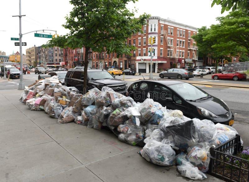 Nowy Jork, usa - Maj 30, 2018: Śmieci w torbach na ulicie b zdjęcie stock