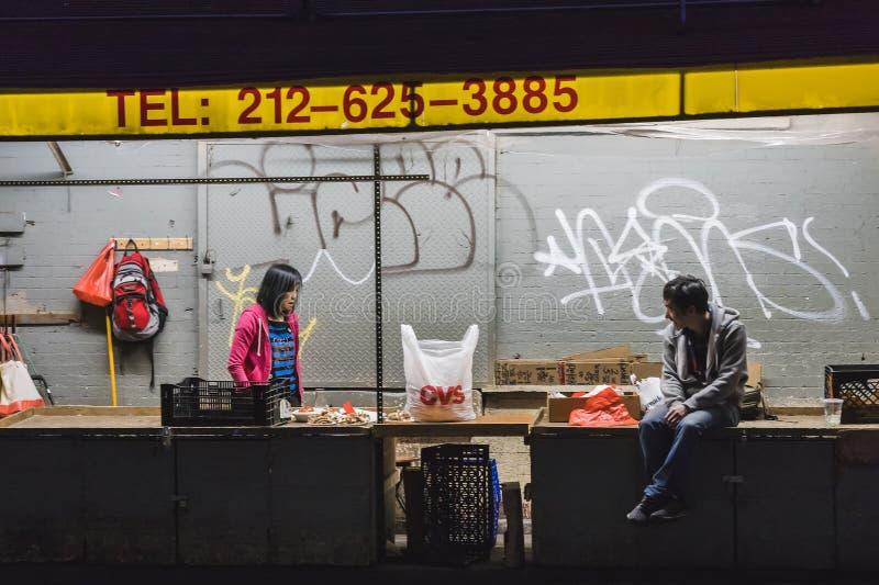 NOWY JORK, usa - MAJ 9, 2018: Chinatown ulica z samochodami, ludzie i budynki w słonecznym dniu w Nowy Jork zdjęcia royalty free