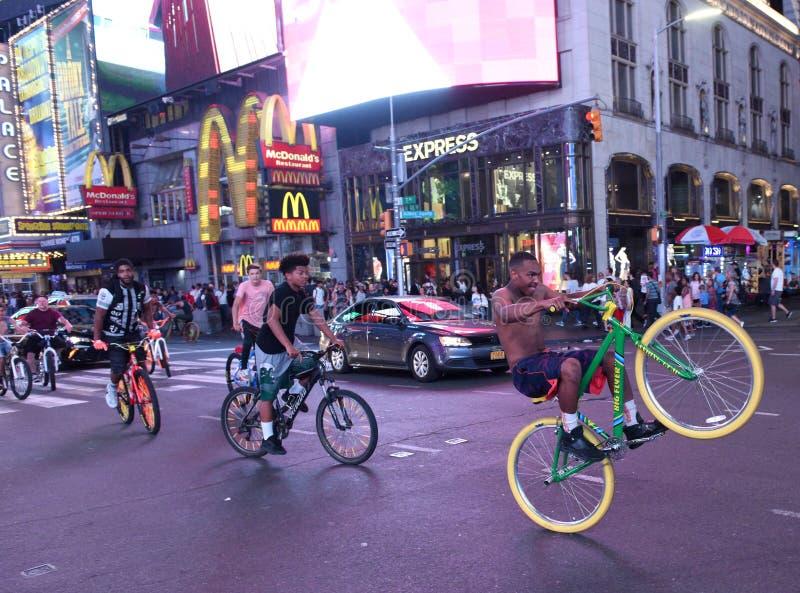 Nowy Jork, usa - Maj 26, 2018: Faceci na rowerach przy times square zdjęcia stock