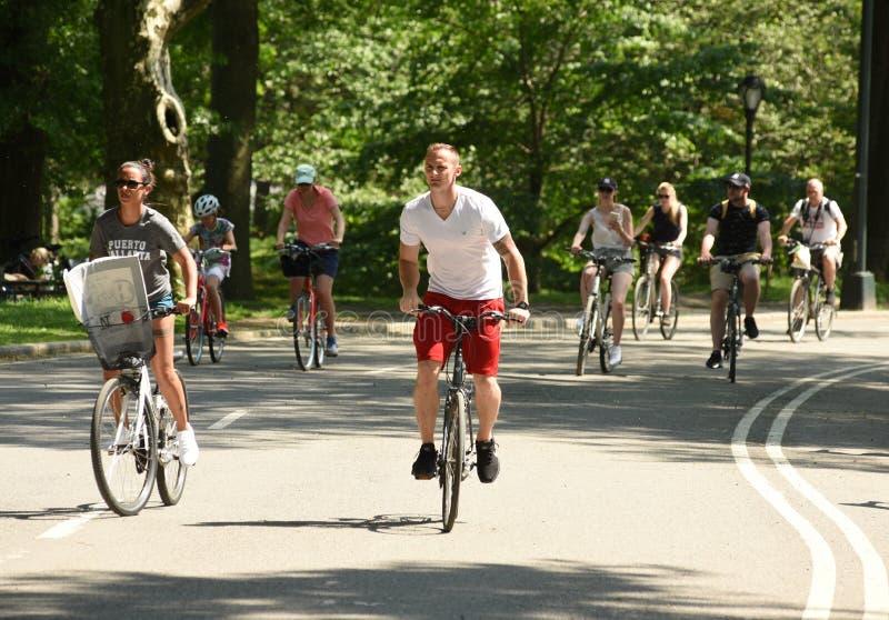 Nowy Jork, usa - Maj 25, 2018: Ludzie jedzie bicykle w centrali obraz stock