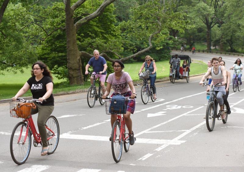 Nowy Jork, usa - Maj 26, 2018: Ludzie jedzie bicykle w centrali zdjęcia royalty free