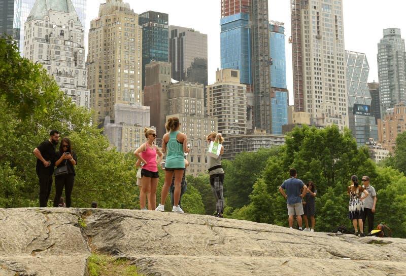 Nowy Jork, usa - Maj 26, 2018: Ludzie w central park i skyscra fotografia stock