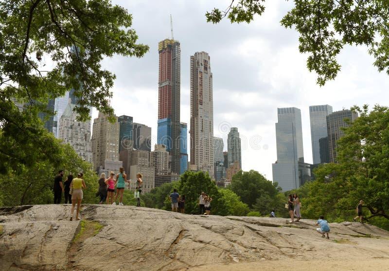 Nowy Jork, usa - Maj 26, 2018: Ludzie w central park i skyscra obrazy royalty free