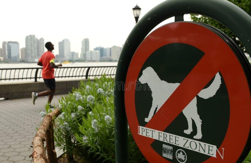 Nowy Jork, usa - Maj 28, 2018: Podpisuje «Żadny zwierzęta domowe w Bateryjnym parku fotografia royalty free