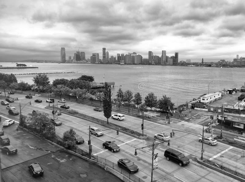 Nowy Jork, usa - Maj 27, 2018: Samochody na drodze Jersey City przy tłem i Manhattan obrazy stock