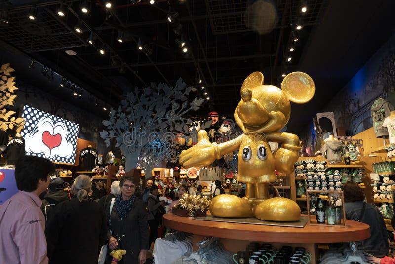 NOWY JORK - usa MAJ 4 2019 - times square Disney sklep pełno ludzie fotografia royalty free