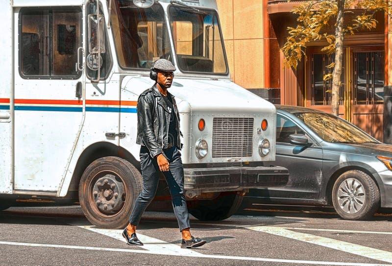 20 05 2016 Nowy Jork usa, Modny amerykanin afrykańskiego pochodzenia mężczyzny odprowadzenie po środku ruchu drogowego na ulicie  zdjęcia stock