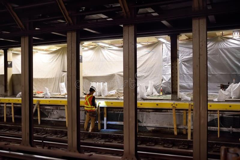 NOWY JORK, usa - PAŹDZIERNIK 22, 2018: Naprawa w Nowy Jork metrze MTA pracownik naprawia platformę NYC stacja metra zdjęcie royalty free