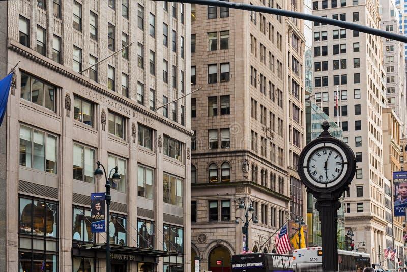 NOWY JORK, usa - SIERPIEŃ 7, 2017: Chodniczka zegar przy fifth avenue zdjęcie stock