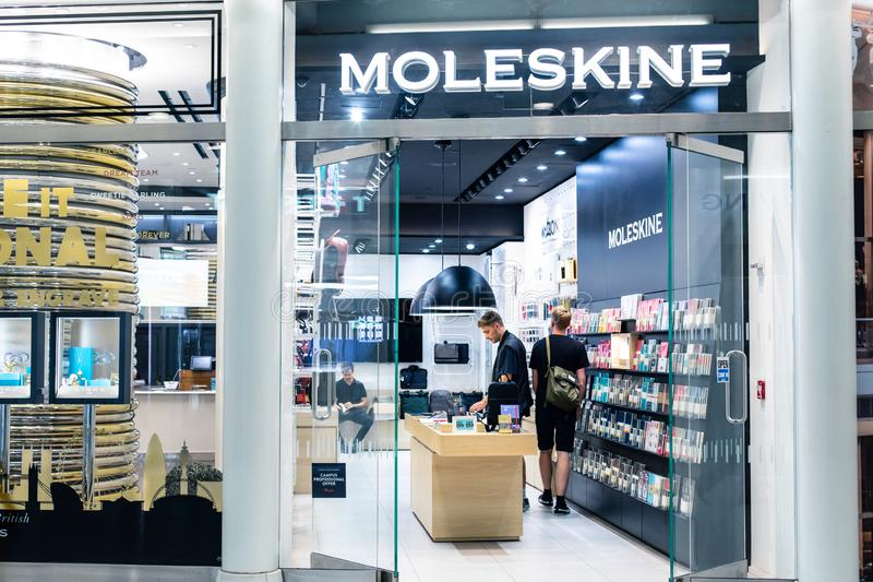 NOWY JORK, usa - Sierpień, 2018: Urzędnika Moleskine sklep przy Oculus centrum handlowym, Nowy Jork Moleskine jest włoszczyzną fotografia stock