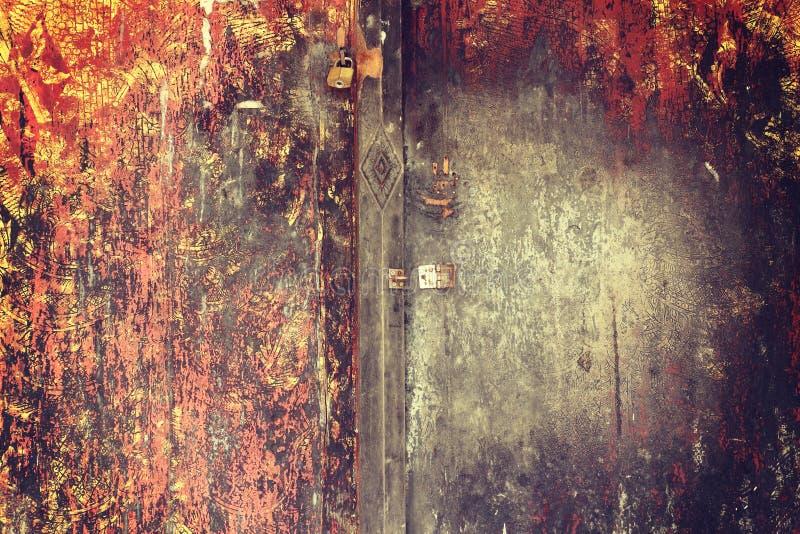 Nowy kędziorek i Ośniedziała kłódka na starym drewnianym drzwi z rocznika st obraz stock