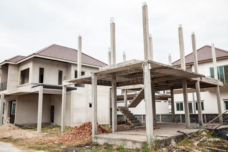 Nowy kij budujący domowy w budowie Budowa mieszkaniowy nowy dom w toku przy placem budowy zdjęcie stock