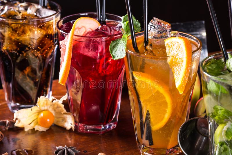 Nowy koktajl, pomarańczowy koktajl, truskawkowy koktajl w szklanych szkłach z słoma Prętowi akcesoria: potrząsacz fotografia royalty free